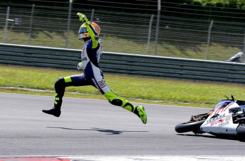 rossi_jumping_off_his_bike_to_escape_injury_2_22.jpg